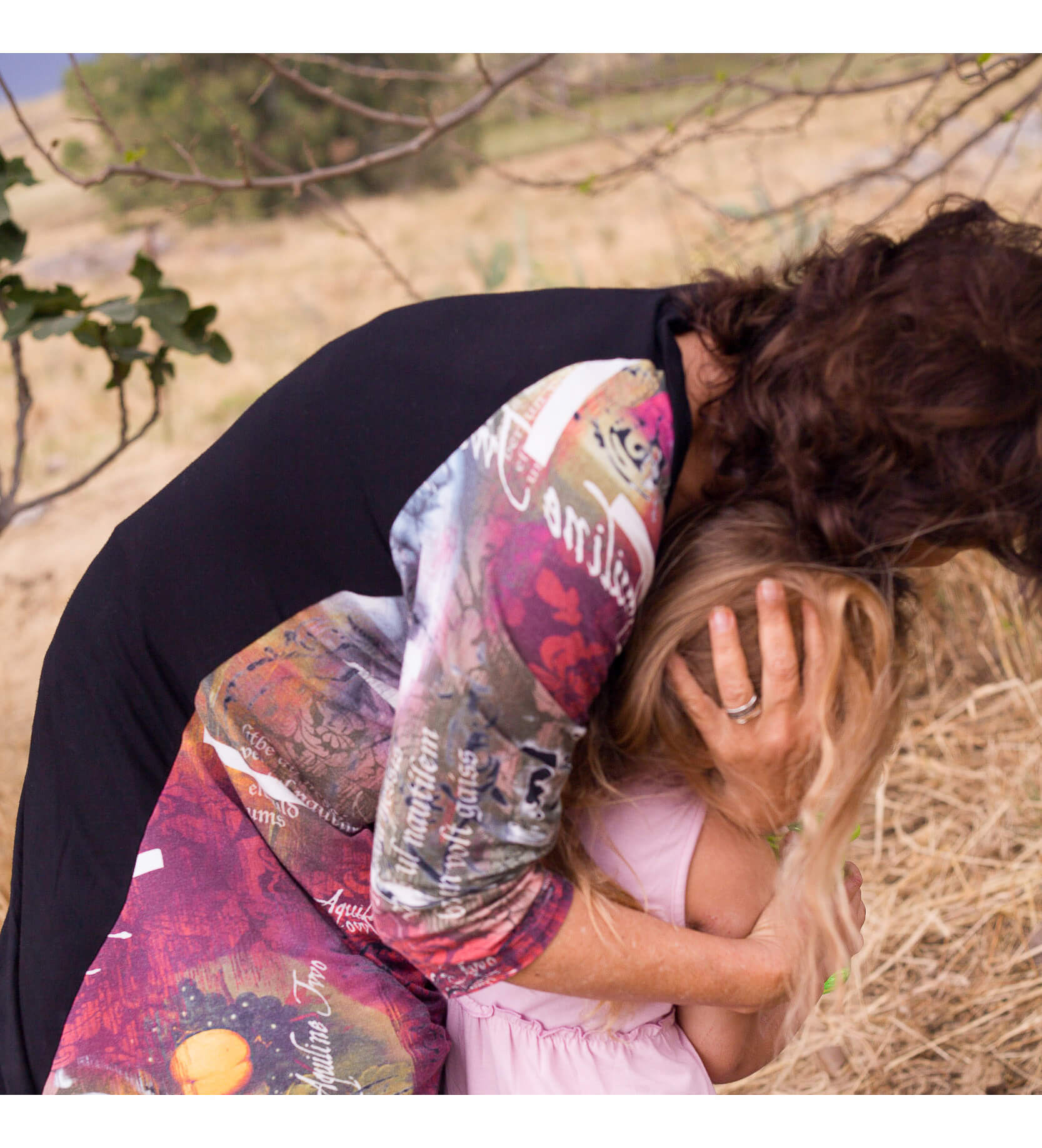 סבתא מירה מחבקת את נכדתה גיל בזמן איכות בטבע. בבלוג הלייף סטייל של זהבה גרציאני - גולדן טיימס