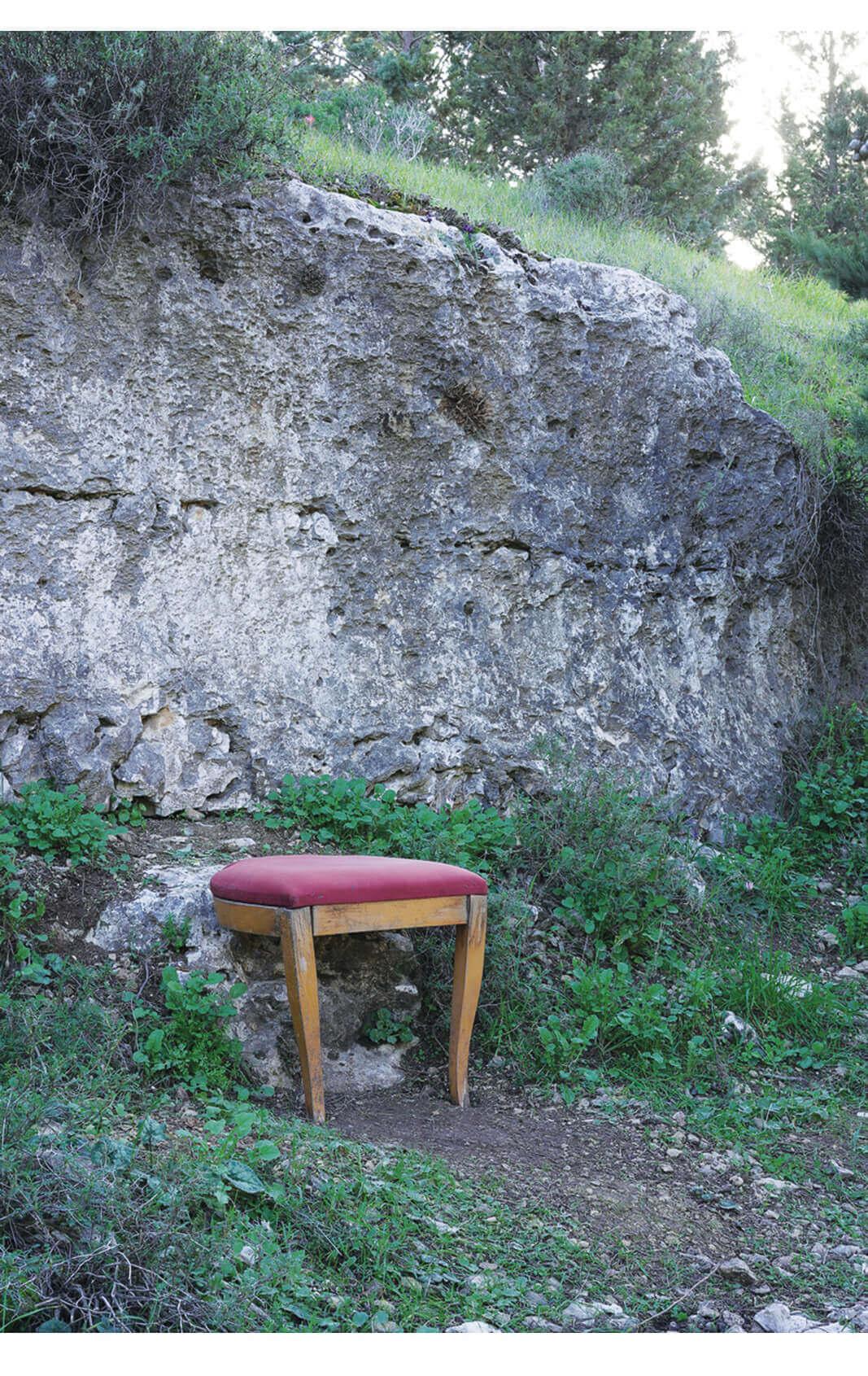 כיסא התבודדות נשען על סלע