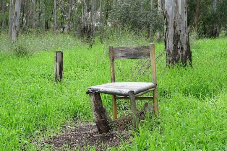כיסאות מתבודדים